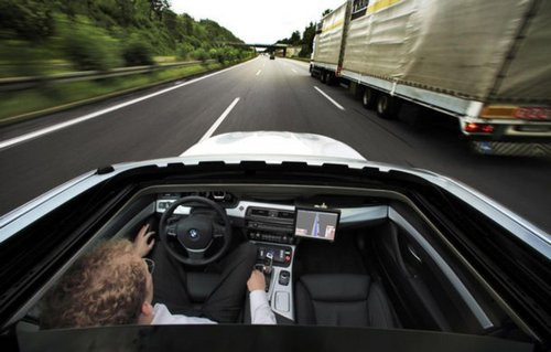 Politele de asigurare ar putea scadea cu 80% daca masinile s-ar conduce singure